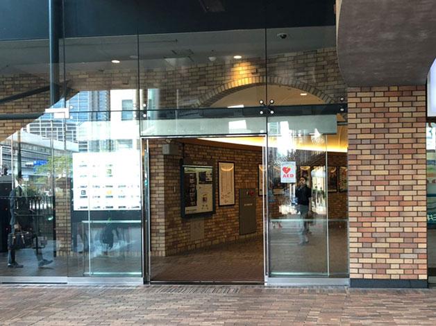 三井住友信託銀行の隣の入り口からビルへ入ります。