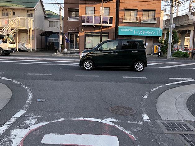 暫く直進すると大通りに出ますので、突当りを左折します。