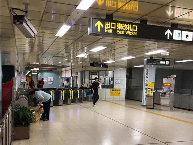 地下鉄「丸の内」駅東改札口より出ます。