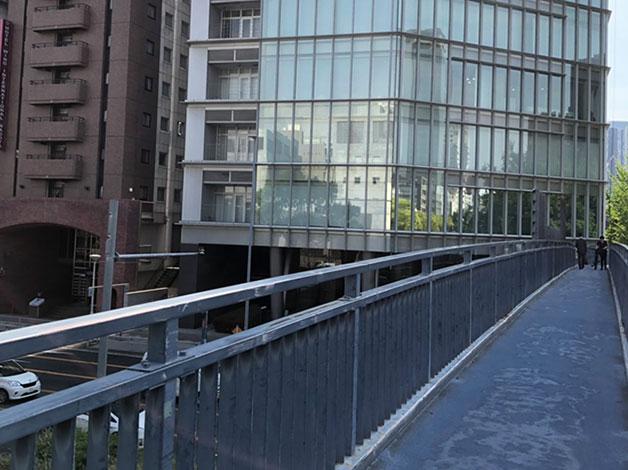 歩道橋を渡り左方面へ降ります。(HOTEL WINGの方)