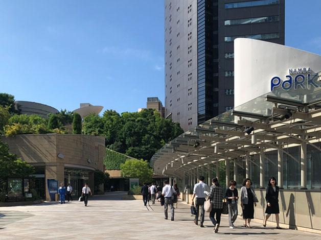 御堂筋線「なんば」駅 改札を出て、案内表示に従い「なんばパークス」方面へ進みます。