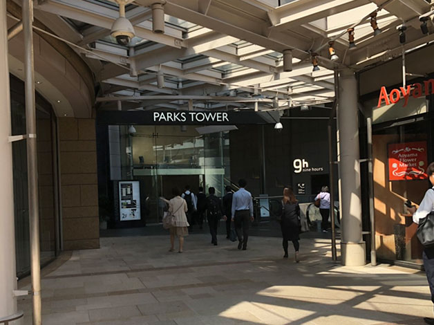「なんばパークス」横の黒いビルが「なんばパークスタワー」になりますのでエレベーターで19階に上がります。
