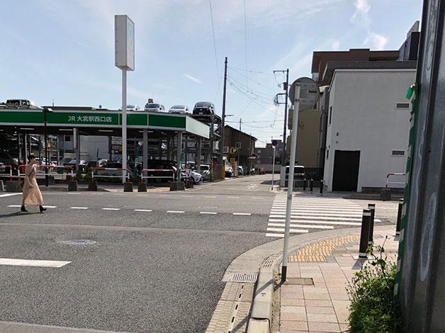 右折後直進し、十字路の横断歩道を渡ります。