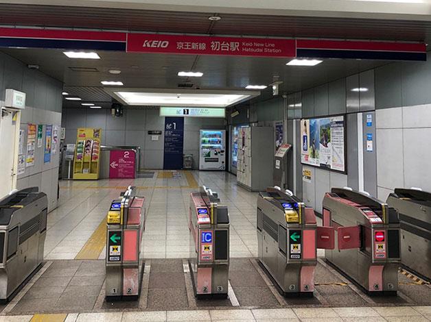 京王新線「初台」駅の改札を出ます。