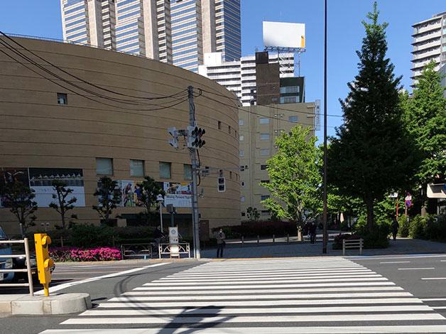 初台交差点の横断歩道をNTT東日本ビル側へ渡ります。