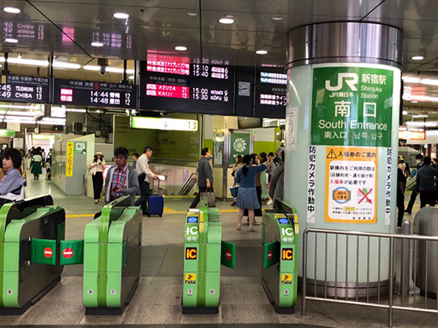 JR「新宿」駅の南口改札を出ます。