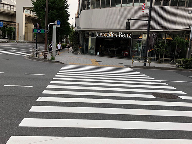 横断歩道を渡ると直ぐに西参道交差点がありますので、横断歩道を渡って右折します。