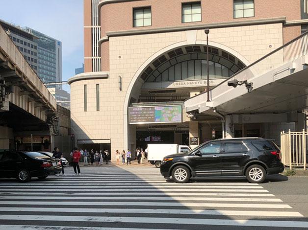 JR「大阪」駅 御堂筋南口を出て、横断歩道を渡り「梅田阪急ビル」内の通路を直進します。