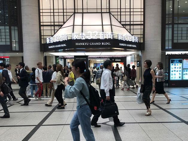 阪急32番街の看板下にエレベーターホールあります。