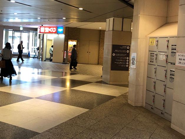 1階に上がると宝くじ売り場が見えますので、右折しランドマークタワーまで直進します。