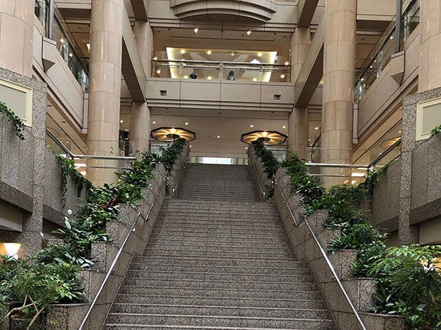 ル・ミトロンを過ぎると中央に大きな階段がありますので、3階に上がります。