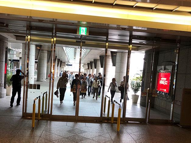 上がると直ぐ左手にランドマークタワーの入口がありますので外に出ます。