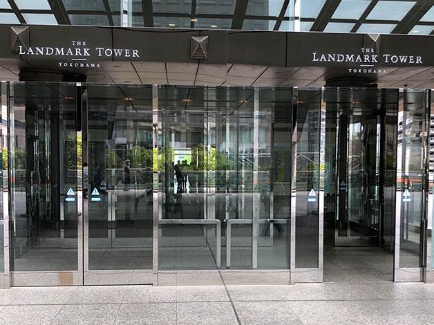 出ると直ぐ左手にランドマークオフィスタワーの入口がありますので、エレベータで20階に着きましたらご連絡をお願い致します。