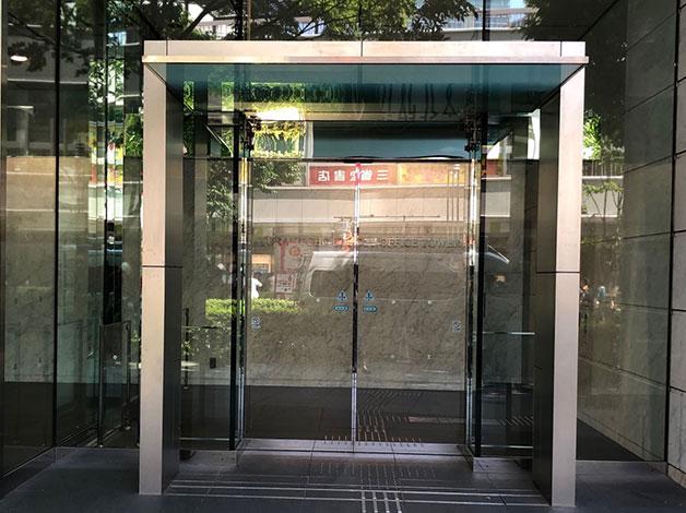 直進すると直ぐ右手にイトシアオフィスタワーの入り口がありますので、エレベータで12階に着きましたらご連絡をお願い致します。
