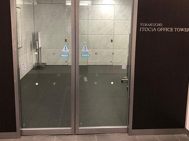 直進すると左手にイトシアオフィスタワーの扉がありますので、エレベータで12階に着きましたらご連絡をお願い致します。